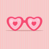 Ame los vidrios en la forma del corazón - concepto del día de tarjetas del día de San Valentín Fotografía de archivo libre de regalías