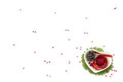 Ame o artPicture da fita da forma com fita vermelha, a bacia da forma do coração e as decorações pequenas Foto de Stock