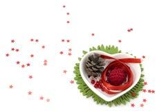 Ame o artPicture da fita da forma com fita vermelha, a bacia da forma do coração e as decorações pequenas Imagem de Stock