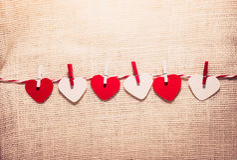 Ame o cabo natural dos corações do Valentim e a suspensão vermelha dos grampos Imagem de Stock