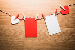 Ame o cabo natural dos corações do Valentim e a suspensão vermelha dos grampos Imagem de Stock Royalty Free