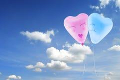 Ame o caráter no céu, conceito do homem e da mulher do balão do coração do amor Fotos de Stock