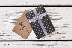 Ame-o cartão e presente fotos de stock
