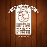 Ame-o cartaz no estilo retro em um fundo de madeira. Foto de Stock Royalty Free