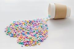 Ame o conceito, coração grande feito do coração pastel colorido pequeno seja fotografia de stock