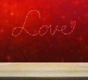 Ame o coração das estrelas brilhantes bonitas sobre a luz vermelha do borrão Imagens de Stock Royalty Free