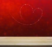 Ame o coração das estrelas brilhantes bonitas sobre a luz vermelha do borrão com Imagem de Stock