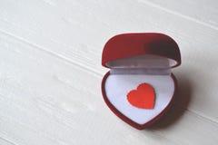 Ame o coração na caixa de presente no fundo de madeira branco Coração verde estilizado da ilustração do vetor Imagem de Stock Royalty Free
