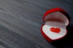 Ame o coração na caixa de presente na obscuridade - fundo de madeira azul Coração verde estilizado da ilustração do vetor Fotos de Stock Royalty Free