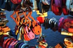 Ame o fechamento na forma de um coração Coração do ferro com oxidação Foto de Stock