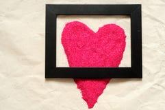 Ame o fundo, forma vermelha do coração demasiado grande para um quadro preto Fotografia de Stock Royalty Free