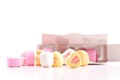 Ame-o galdéria dada forma coração dos doces da mensagem Fotos de Stock Royalty Free