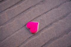 Ame o símbolo do coração na praia do mar Fotografia de Stock Royalty Free