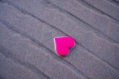 Ame o símbolo do coração na praia do mar Foto de Stock