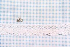 Ame o sinal na tela azul do dente de cão com laço Dia do Valentim Imagem de Stock