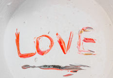 Ame, o vermelho do amor da palavra do subtítulo, preto na superfície da cor imagens de stock
