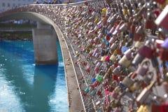 Ame os fechamentos que penduram na do passadiço Makartsteg, Salzburg, Áustria fotografia de stock