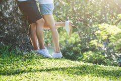 Ame os pares, felicidade e junto com o relacionamento do amor, equipam Fotos de Stock Royalty Free