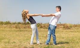 Ame os pares que guardam as mãos fora em um dia de verão Fotos de Stock