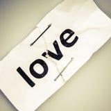 Ame a palavra escrita no papel rasgado e grampeado foto de stock royalty free