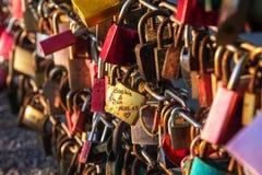 Ame pedlocks no vermelho e ouro fechado em uma ponte no os turistas p Imagem de Stock Royalty Free