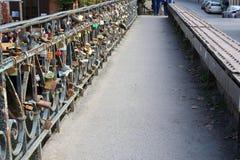 Ame a ponte dos fechamentos em Uzupio, distrito artístico em Vilnius, Lituânia Fotografia de Stock