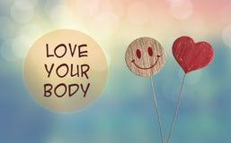 Ame su cuerpo con el corazón y sonría emoji imagen de archivo libre de regalías
