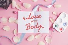 Ame su cuerpo en fondo en colores pastel Fotos de archivo libres de regalías