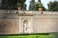 Ameia com uma escultura de um soldado romano na parede na casa de campo Doria Pamphili Fotografia de Stock Royalty Free