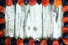 Ameixa do abricó secado no fundo de madeira branco Foto de Stock