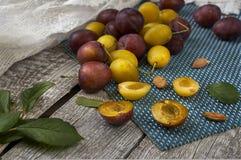 Ameixa fresca e suculenta em uma tabela de madeira fotografia de stock