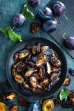 Ameixa seca secada e ameixas frescas com folhas imagens de stock royalty free