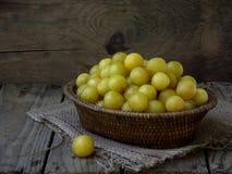 Ameixas amarelas em uma cesta Fotografia de Stock Royalty Free