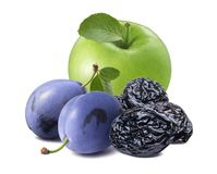 Ameixas frescas e secas com a maçã verde isolada no backgroun branco fotos de stock