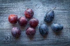 Ameixas frescas em uma tabela de madeira Foto de Stock Royalty Free