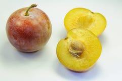 Ameixas maduras em um corte osso Fruta suculenta Imagem de Stock Royalty Free