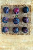 Ameixas maduras em um guardanapo fotos de stock royalty free