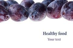 Ameixas molhadas frescas maduras isoladas no fundo branco Imagens de Stock
