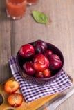 Ameixas molhadas maduras Fotos de Stock