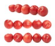 Ameixas vermelhas alinhadas isoladas Fotos de Stock