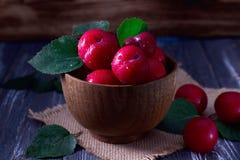 Ameixas vermelhas na tabela de madeira Imagem de Stock