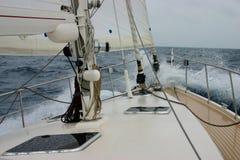 Amel Yacht, die durch Wellen abbricht Lizenzfreie Stockbilder