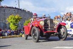 Amelia, Италия, май 2018 Mille Miglia 1000 миль, исторические винтажные автогонки 2 люд управляя историческим цветом OM Superba к стоковые фотографии rf