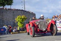 Amelia, Italia, maggio 2018 Mille Miglia 1000 miglia, corsa di automobile d'annata storica Due uomini che guidano OM rosso storic immagine stock libera da diritti