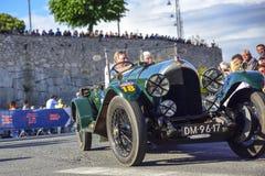 Amelia, Italie, mai 2018 Mille Miglia 1000 milles, course de voiture historique de cru Deux hommes conduisant Bentley historique  image libre de droits