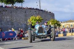 Amelia, Italien, im Mai 2018 Mille Miglia 1000 Meilen, historisches Weinleseautorennen Ein Paar, das historisches blaues Bugatti  lizenzfreies stockbild