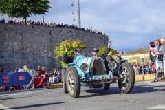 Amelia, Italien, im Mai 2018 Mille Miglia 1000 Meilen, historisches Weinleseautorennen Ein Paar, das historisches blaues Bugatti  lizenzfreie stockfotos