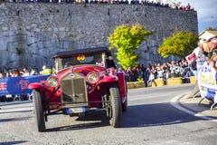 Amelia, Italien, im Mai 2018 Mille Miglia 1000 Meilen, historisches Weinleseautorennen Zwei Männer, die historisches Lancia fahre stockbilder