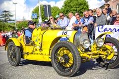 Amelia, Italien, im Mai 2018 Mille Miglia 1000 Meilen, historisches Weinleseautorennen Zwei Männer, die historisches Bugatti, gel lizenzfreie stockfotografie