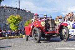 Amelia, Italien, im Mai 2018 Mille Miglia 1000 Meilen, historisches Weinleseautorennen Zwei Männer, die eine historische rote Far lizenzfreie stockfotos